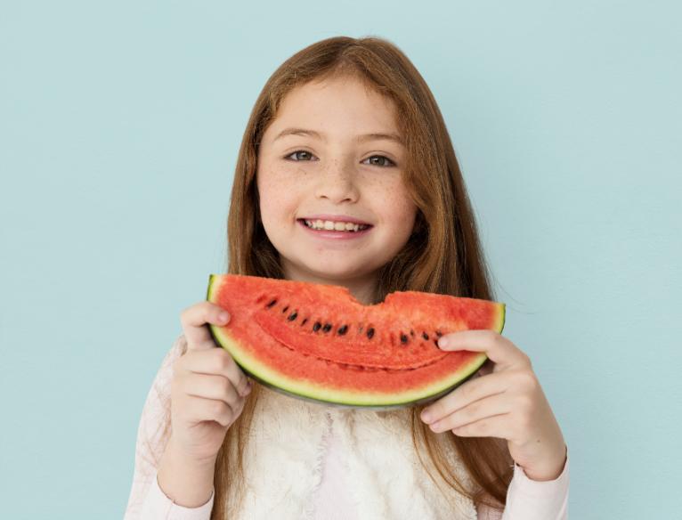 Menina comendo melancia